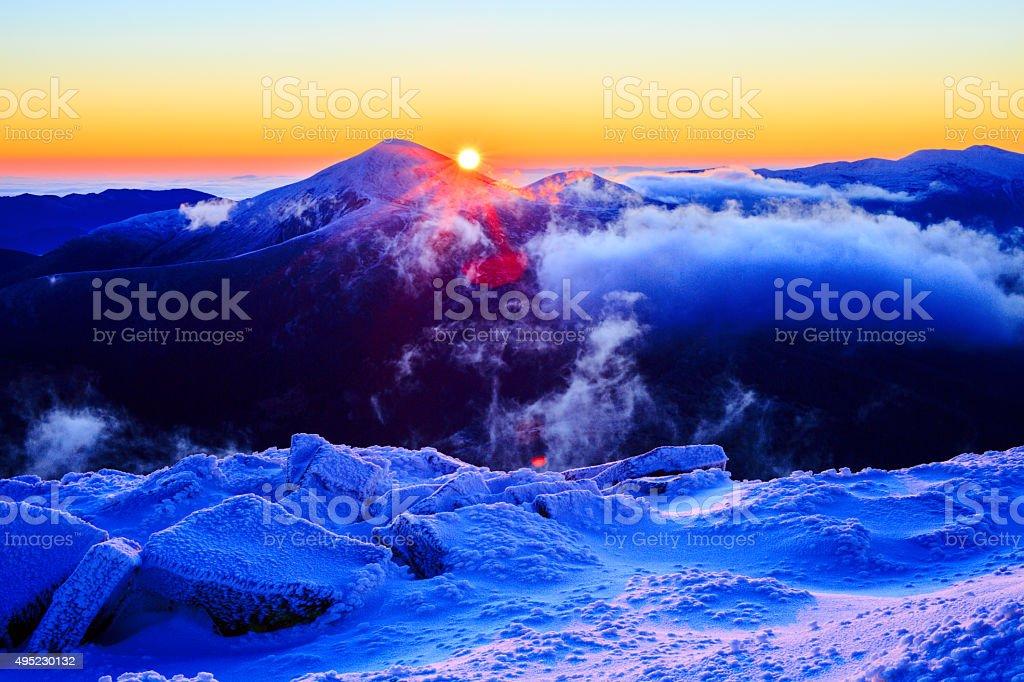 Lever du soleil dans les montagnes enneigées photo libre de droits