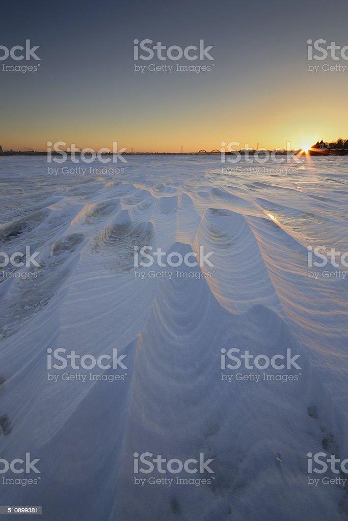 Salida del sol sobre el río congelado foto de stock libre de derechos