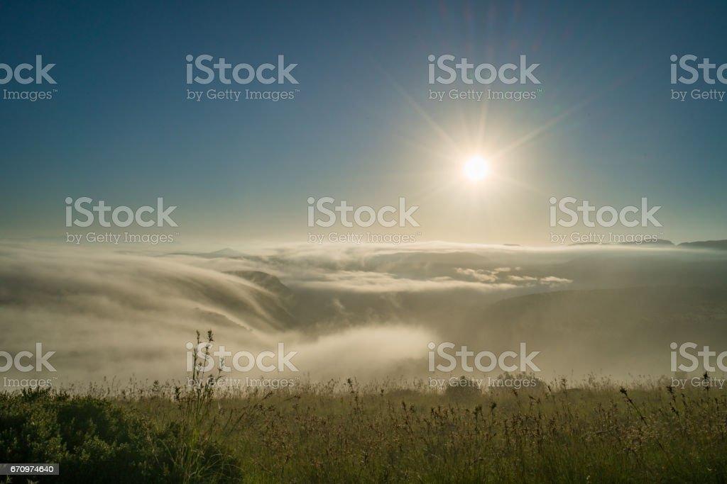 Sonnenaufgang über den Wolken in der Savanne – Foto