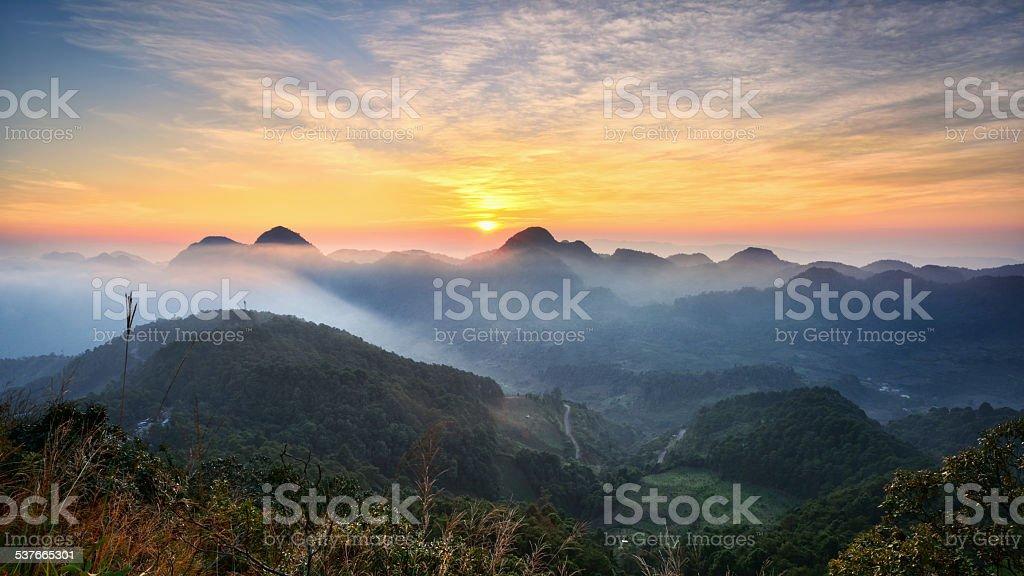 Sonnenaufgang über der Gebirgskette Lizenzfreies stock-foto
