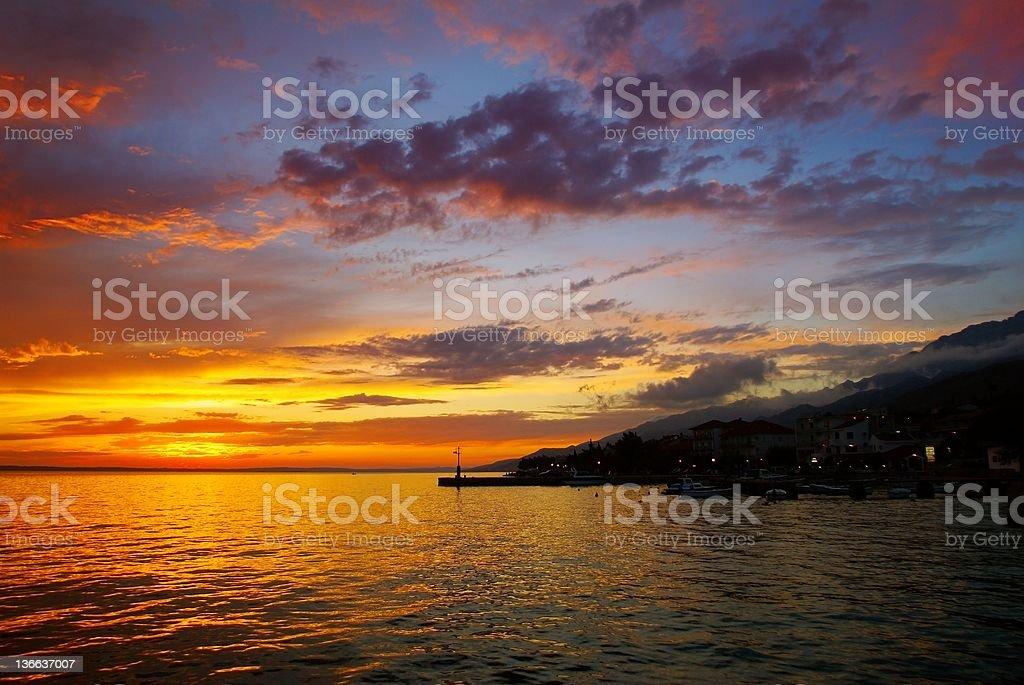 Coucher de soleil au-dessus du niveau de la mer-Croatie photo libre de droits