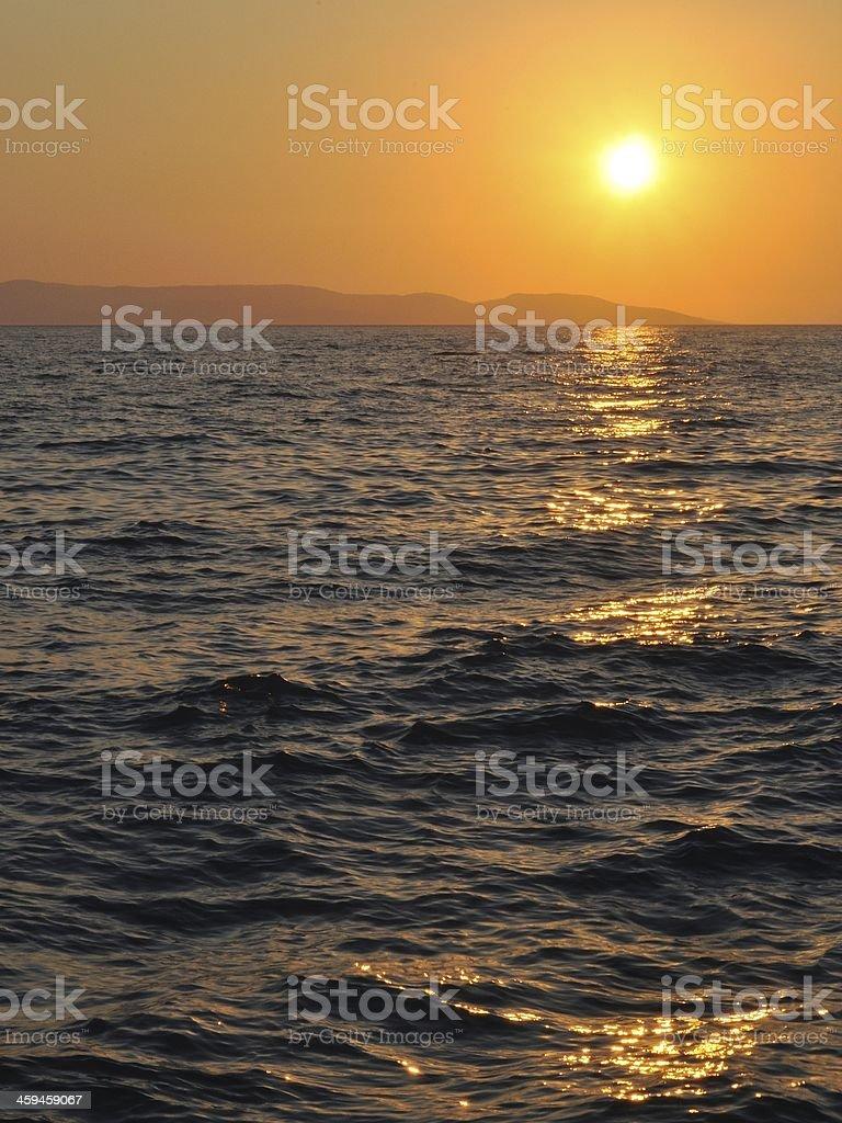 Zachód słońca w morzu z ripples zbiór zdjęć royalty-free