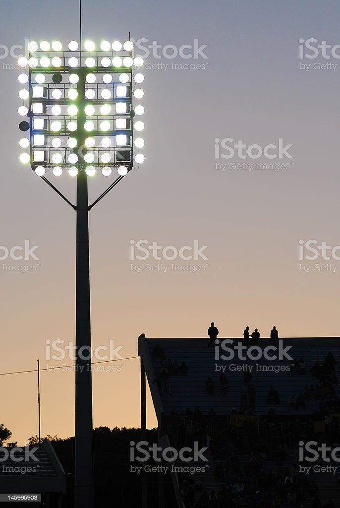 Coucher de soleil dans un stade de football photo libre de droits