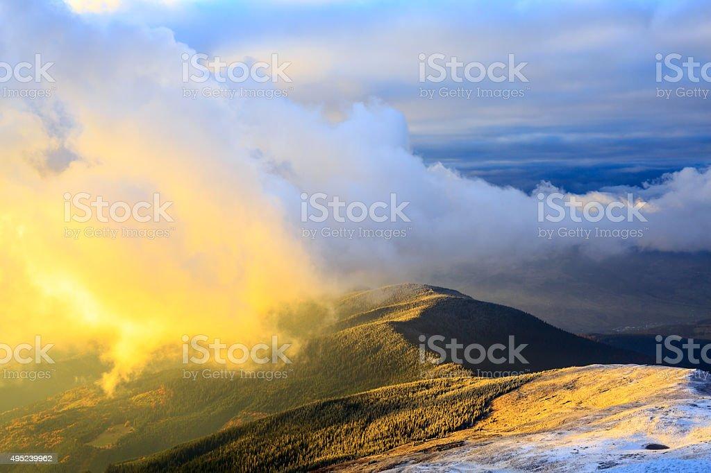 Coucher de soleil dans les montagnes enneigées photo libre de droits