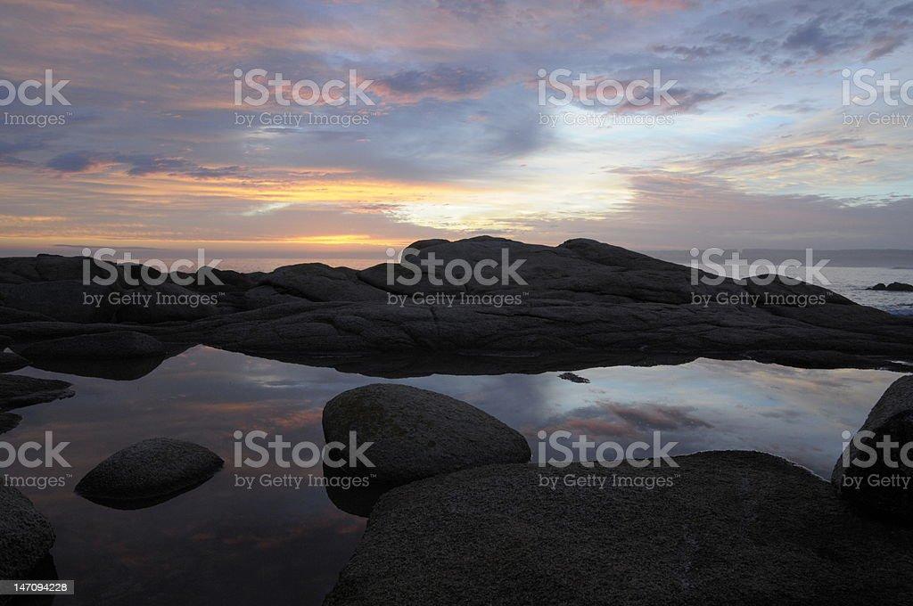 Coucher de soleil sur les rochers photo libre de droits