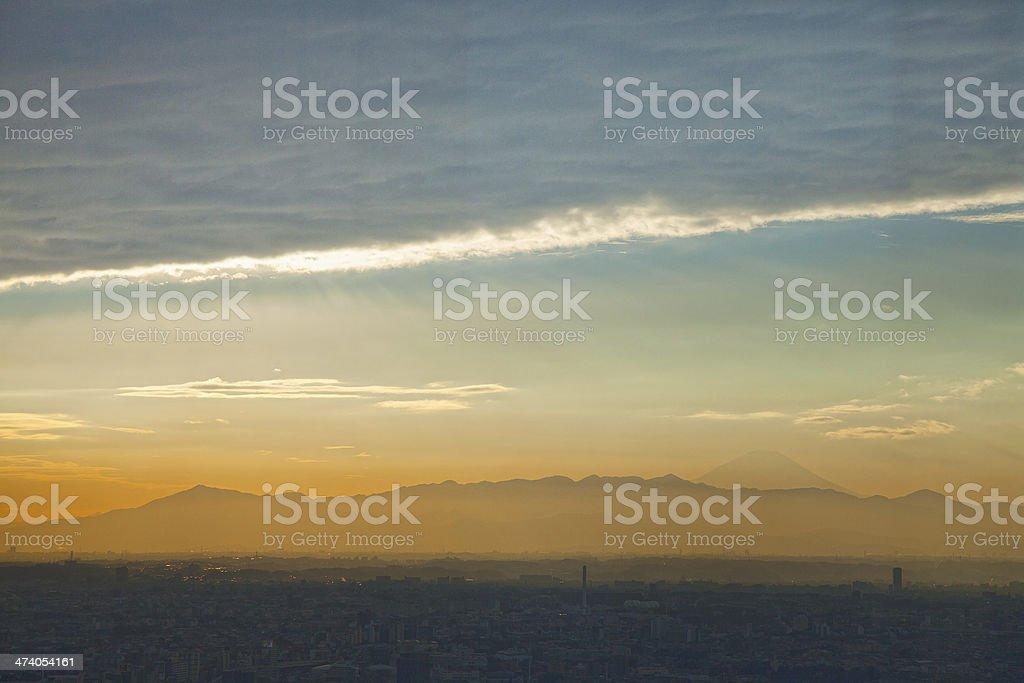 Atardecer de la zona residencial de Tokio y el monte Fuji foto de stock libre de derechos