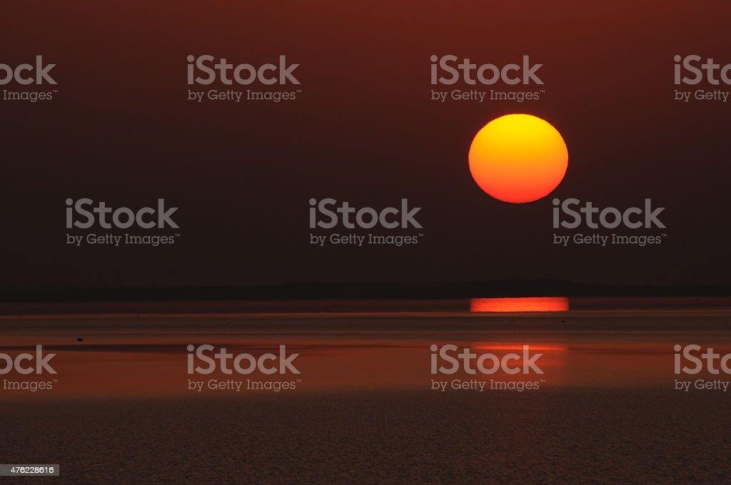 puesta de sol en el lago nasser stock photo
