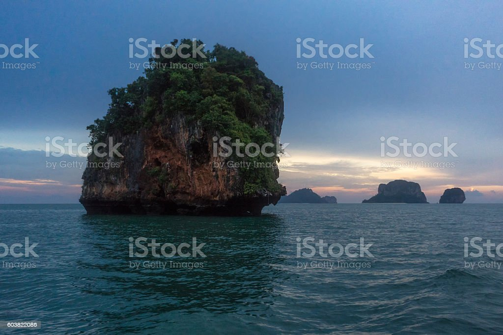 Sunset on rocky islands in Krabi, Thailand photo libre de droits