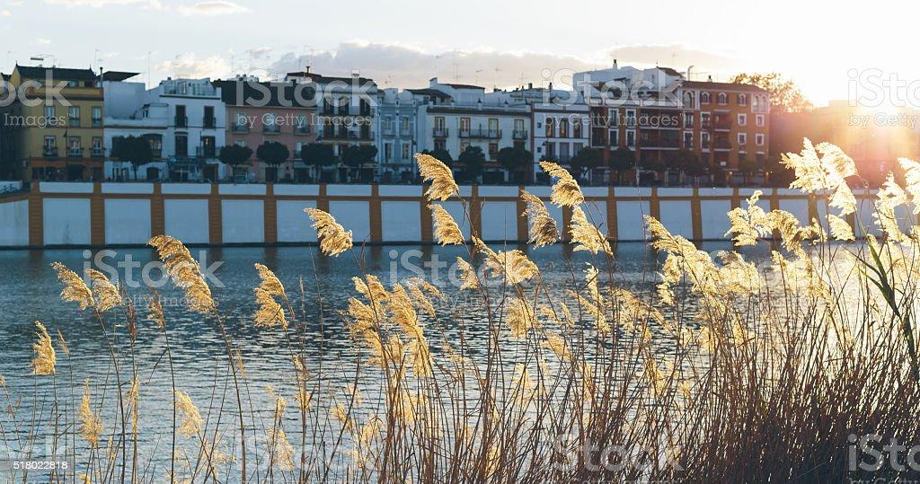 Pôr do sol sobre o rio Guadalquivir, no bairro de Triana, foto royalty-free