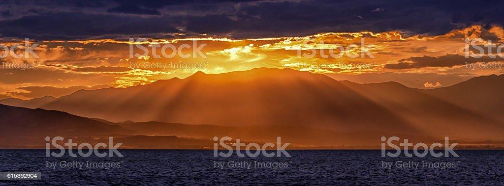 Coucher de soleil sur la montagne photo libre de droits