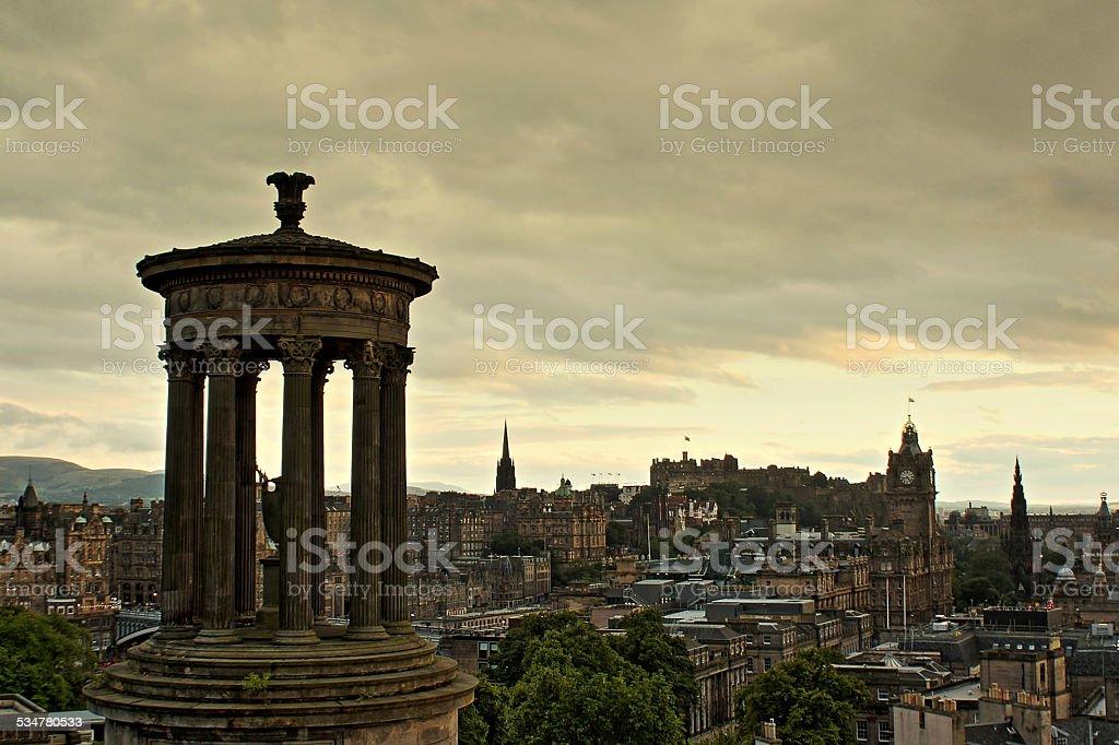 Pôr do sol com um nublado de Edimburgo/Calton Hill foto de stock royalty-free