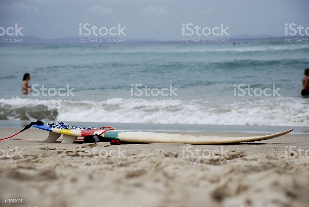 Tabla de surf en la playa foto de stock libre de derechos