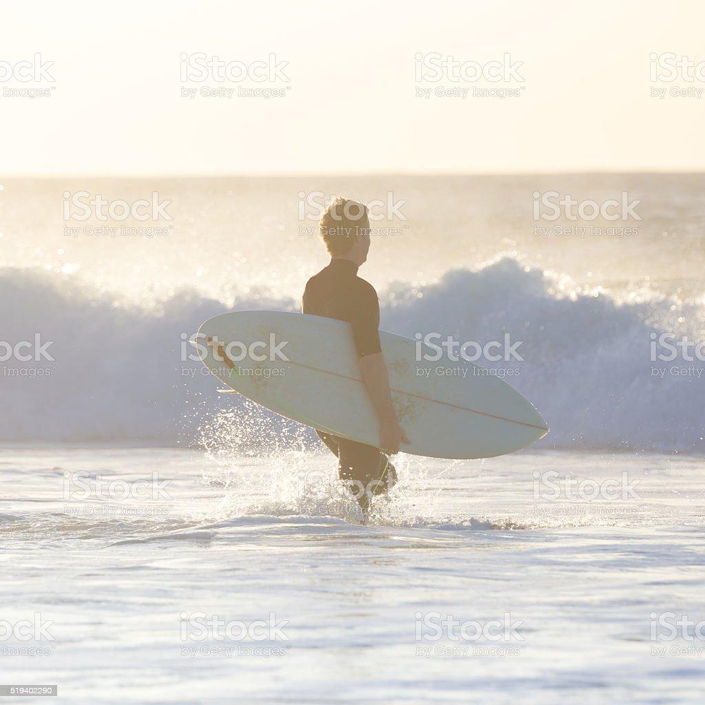Surfer am Strand mit Surfbrett. Lizenzfreies stock-foto
