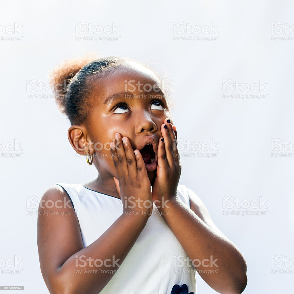 Surpris de jeune femme africaine avec les mains sur le visage. photo libre de droits