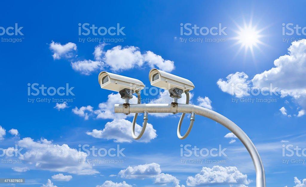 Telecamere di sorveglianza contro il cielo blu foto stock royalty-free