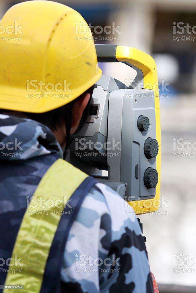 Landvermesser arbeiten mit insgesamt station Lizenzfreies stock-foto