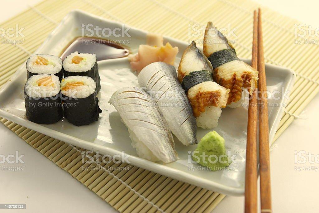 set di Sushi con le Bacchette cinesi foto stock royalty-free