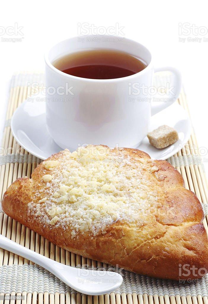 Bollo dulce y una taza de té foto de stock libre de derechos