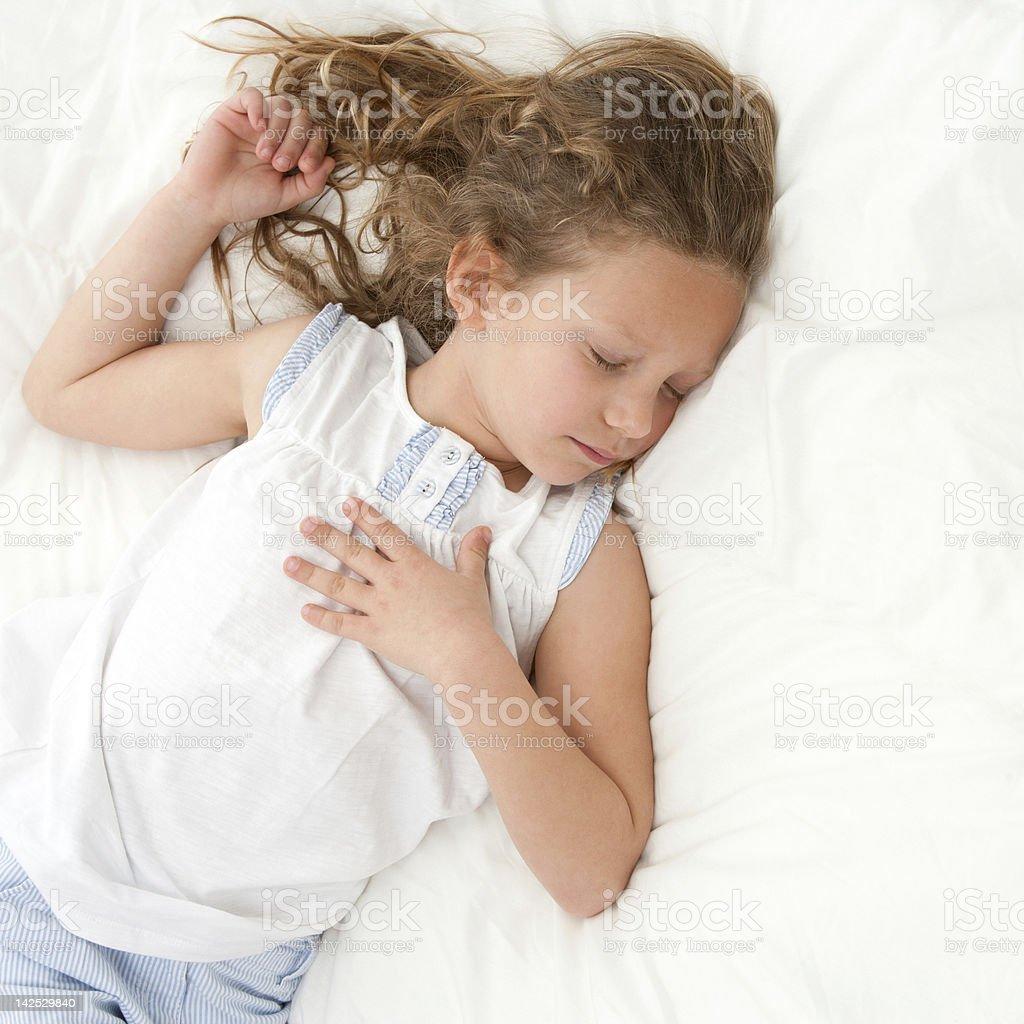 Jolie fille endormie rapide. photo libre de droits