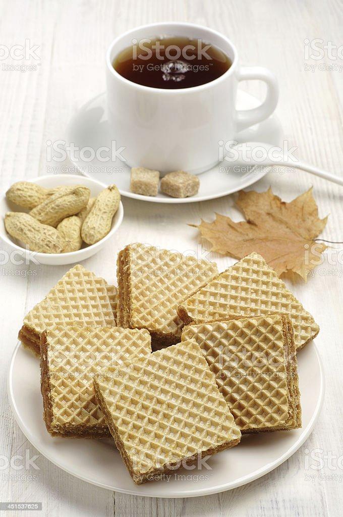 Dulce y una taza de té suave foto de stock libre de derechos