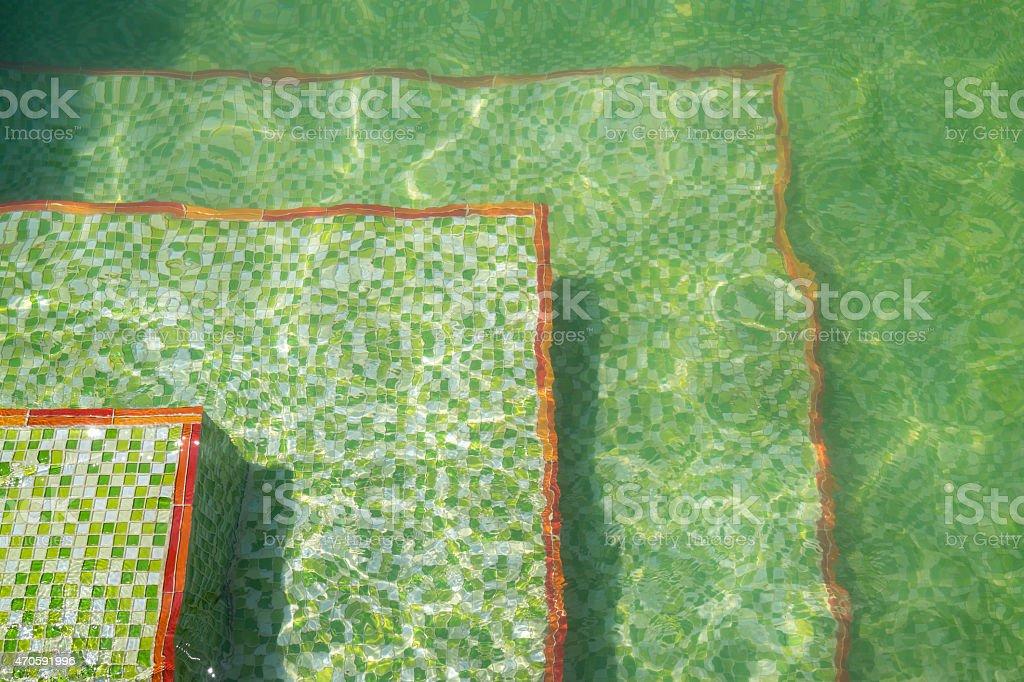 Piscine avec ondulations et carrelage en mosaïque carrelage vert photo libre de droits