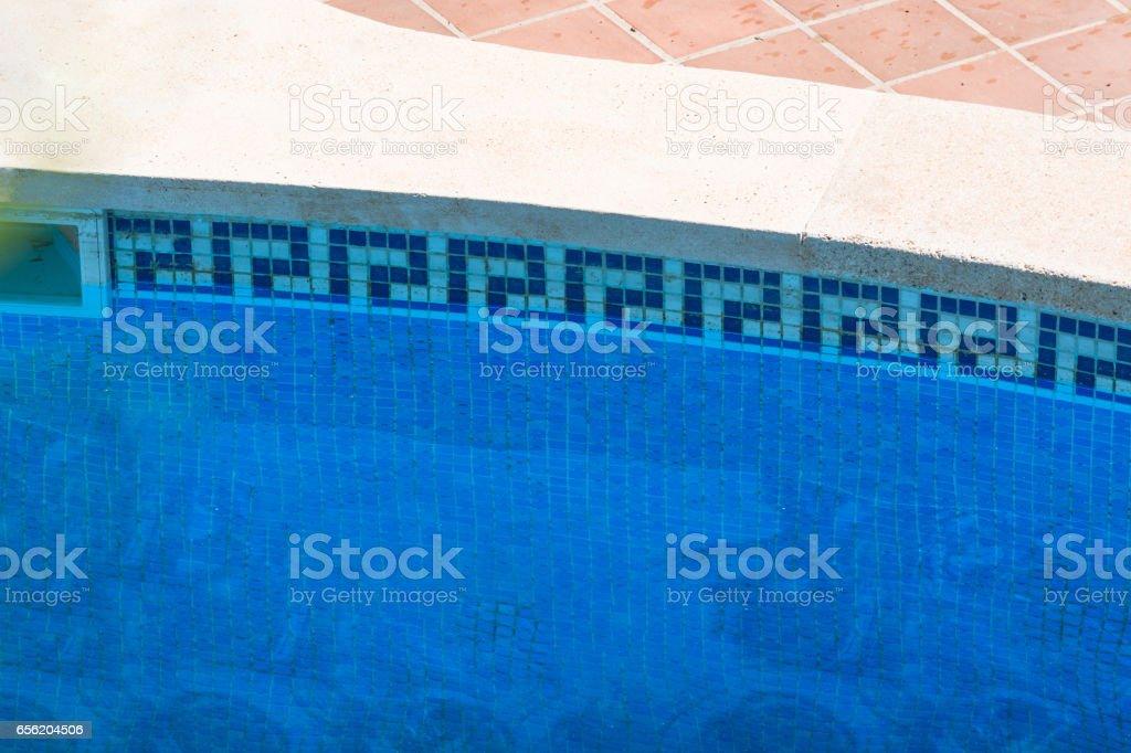 Swimmingpool mit blauen Wasser zum relaxen. stock photo