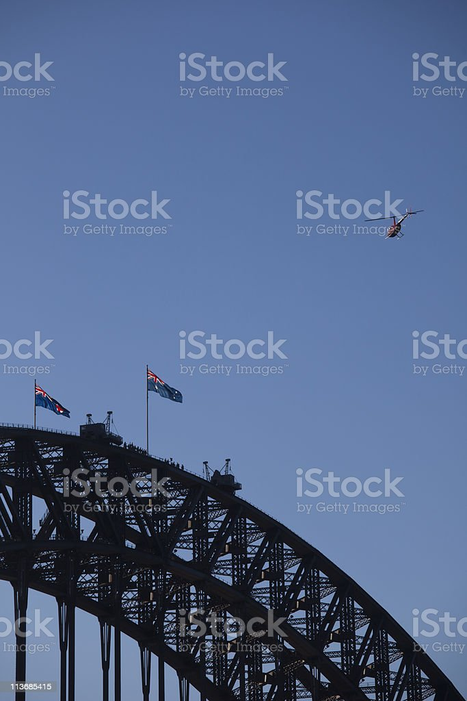 SydneyHarbourBridgeAndHelicopter photo libre de droits