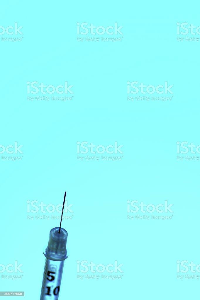 Seringue gros plan sur Fond turquoise photo libre de droits