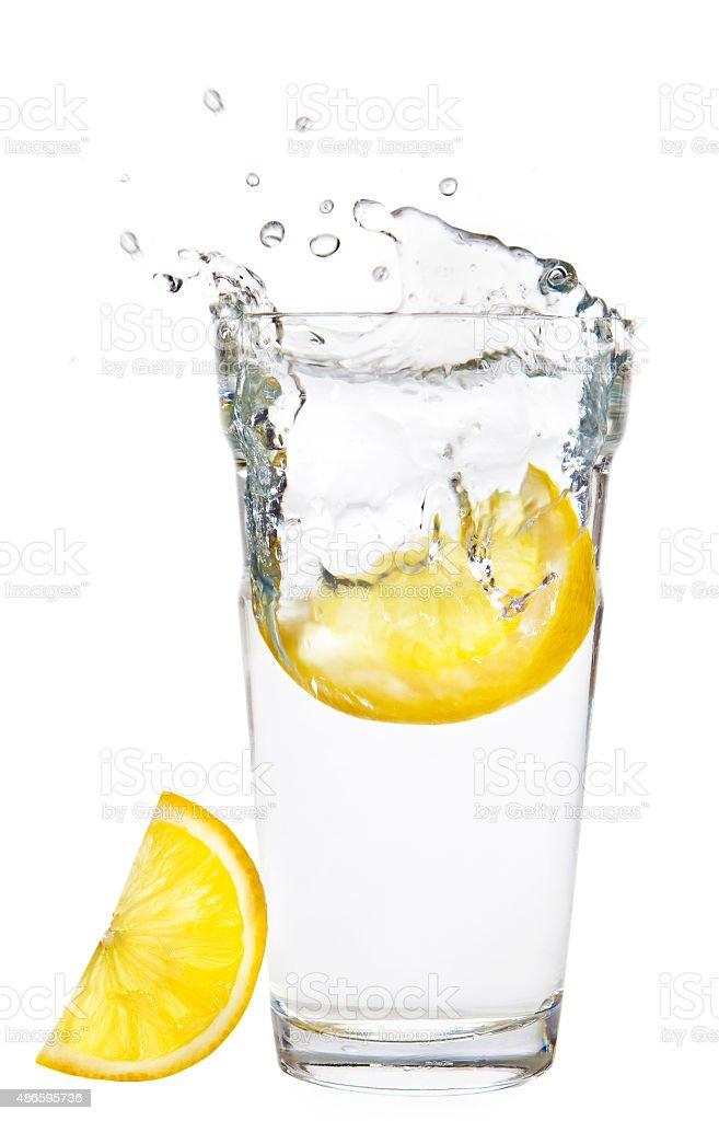 Szklanka wody z cytryna na bia?ym tle ze ?cie?kami odcinania stock photo