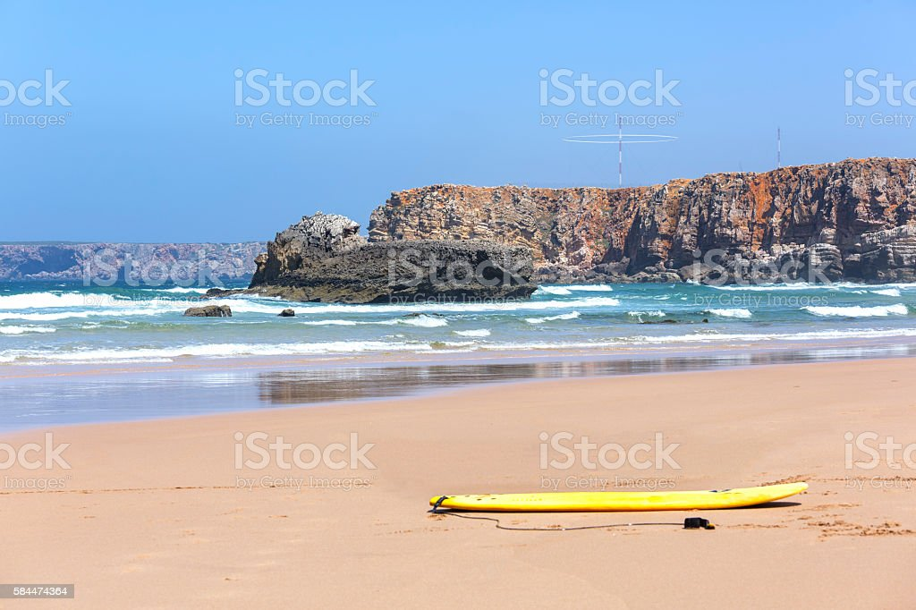 tabla de surf sobre la arena stock photo