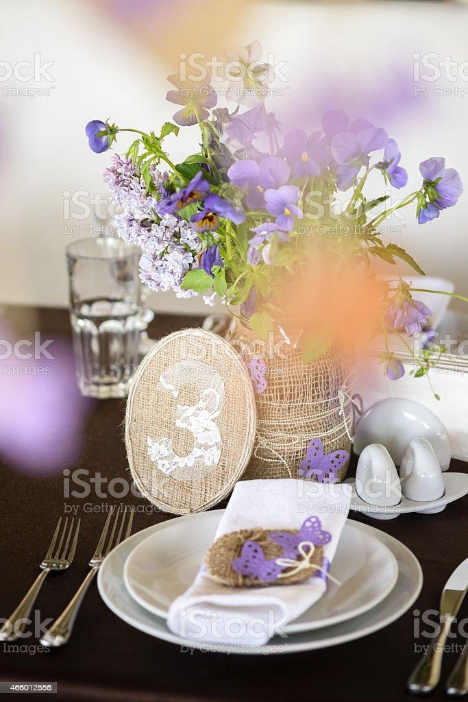Les installations et la décoration de la table avec des fleurs, numéro photo libre de droits