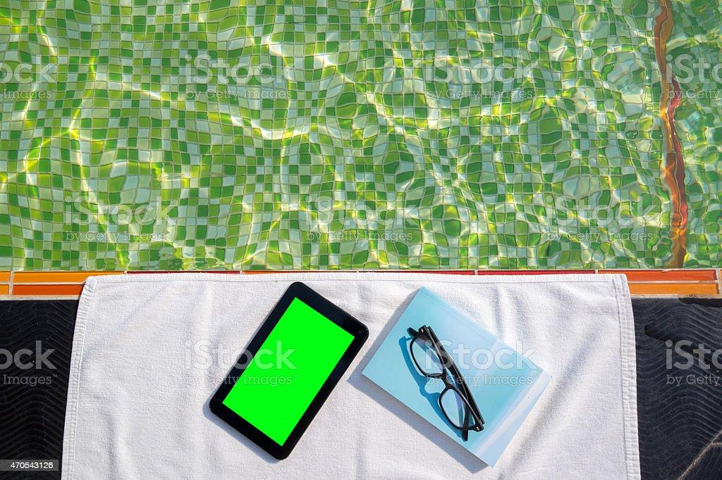 Bleu tablette et livre avec des lunettes sur blanc serviette de bain photo libre de droits