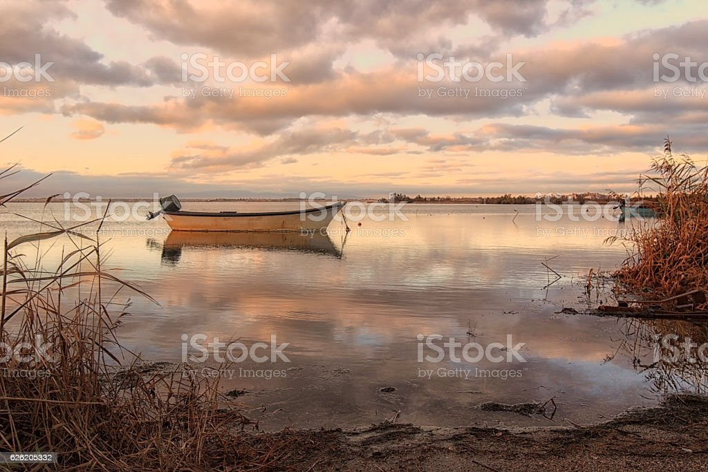 Étang et barque de pêcheur en automne stock photo