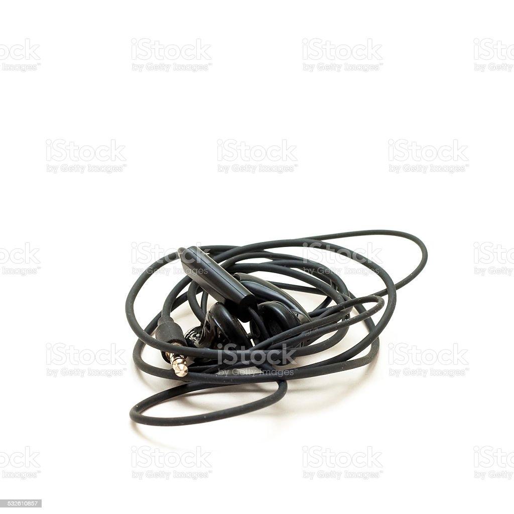 Enredado auriculares aislado sobre un fondo blanco foto de stock libre de derechos
