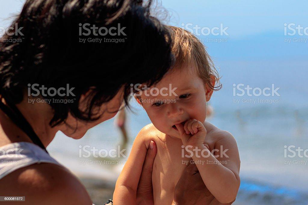Tante mit Baby am Strand stock photo