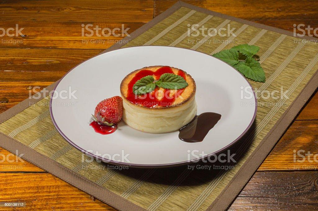 tarta de queso con fresas photo libre de droits