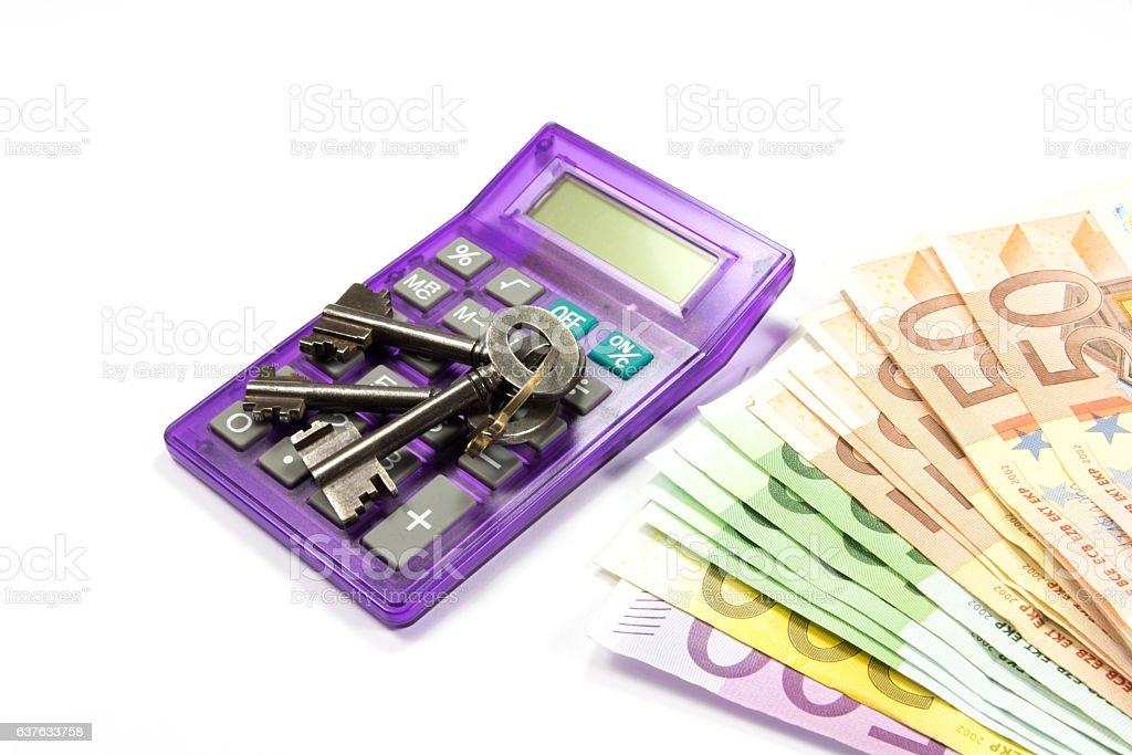 Taschenrechner, Hausschlüssel und Bargeld stock photo