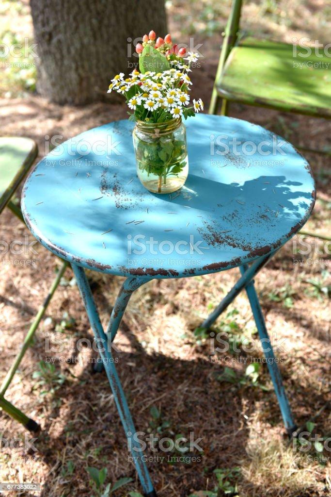 tavolino con fiori stock photo