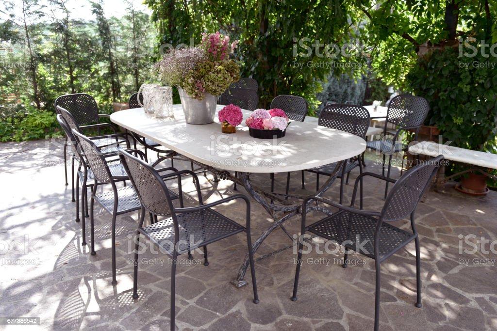 tavolo con fiori stock photo