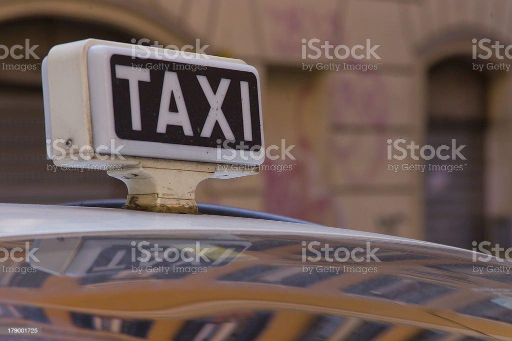 Taxicab garé dans le backstreets de Rome photo libre de droits