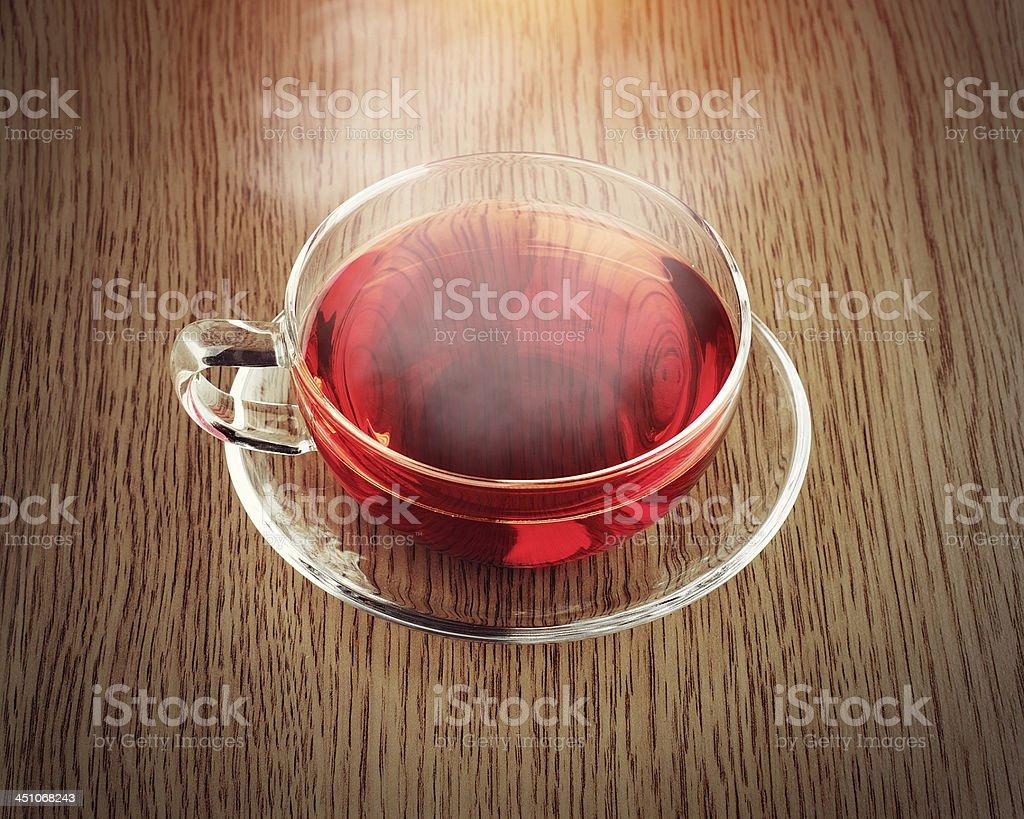 Verre de thé dans une tasse sur la table en bois photo libre de droits