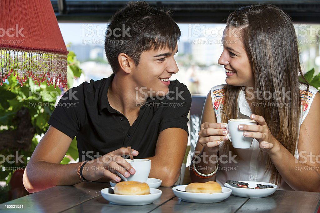teen couple profitant de café. photo libre de droits