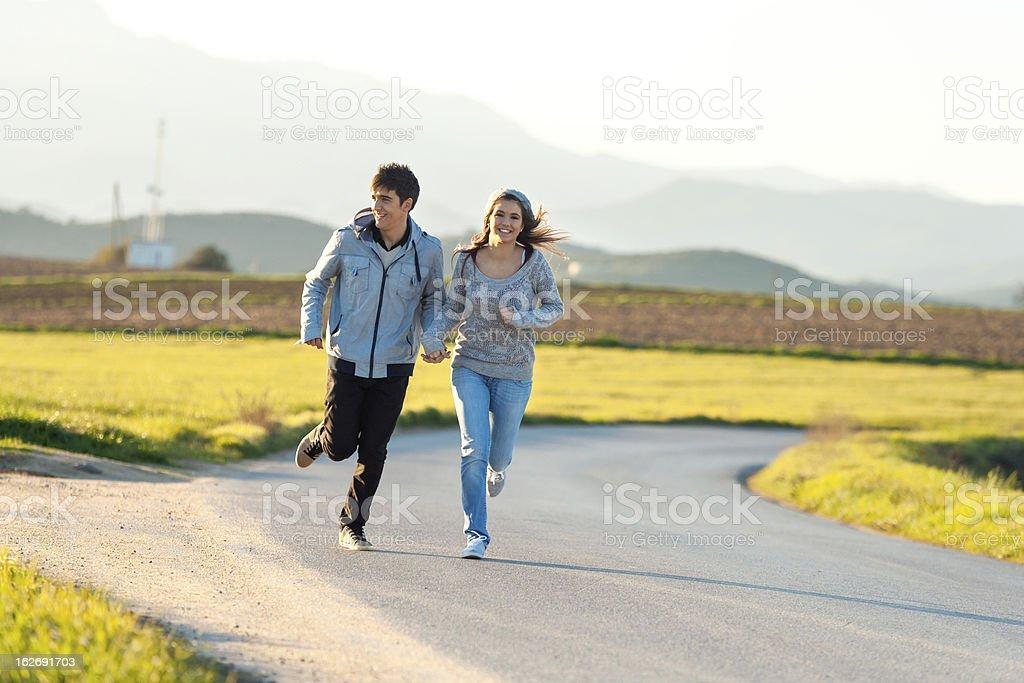 Teen couple de jogging dans la campagne. photo libre de droits