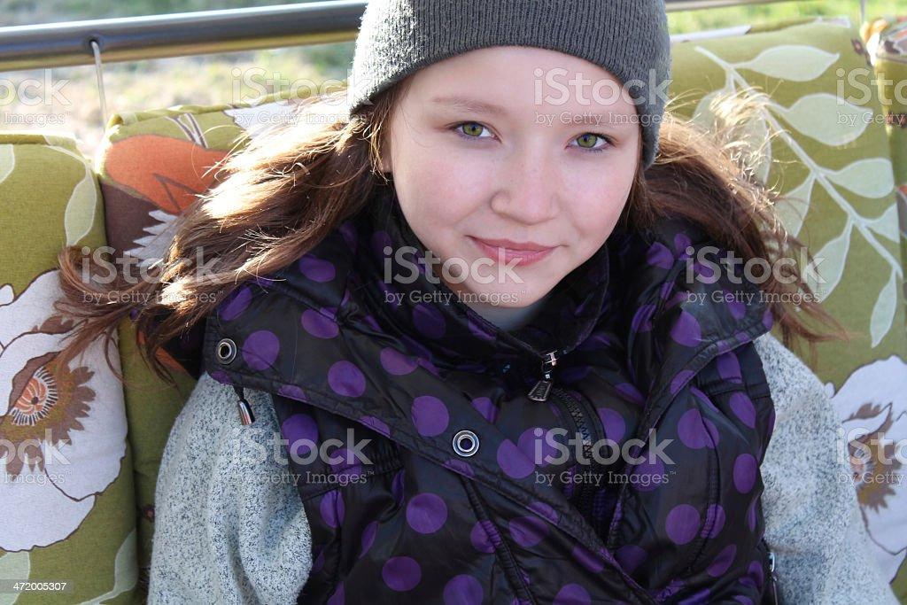teen girl en una tapa, ojos verdes, una sonrisa. foto de stock libre de derechos