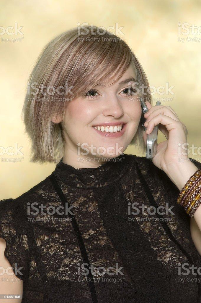 Adolescente Chica mediante teléfono celular foto de stock libre de derechos