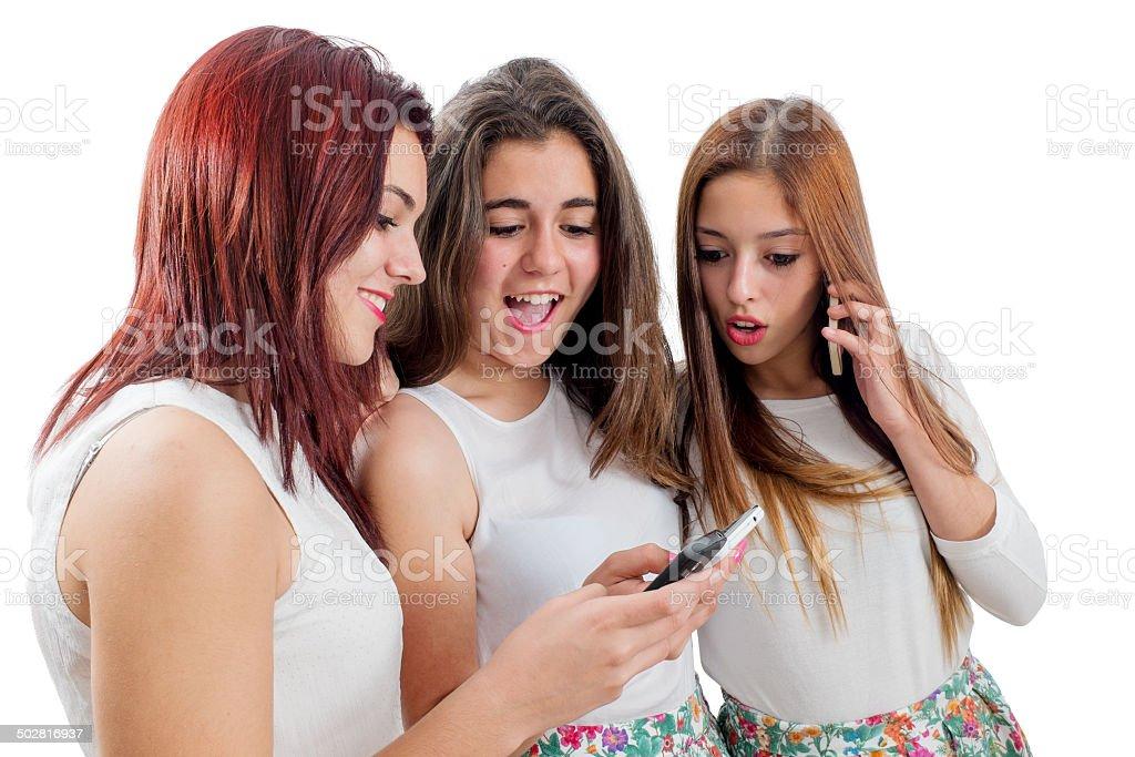 Jeunes filles jouant sur des smarpthones photo libre de droits