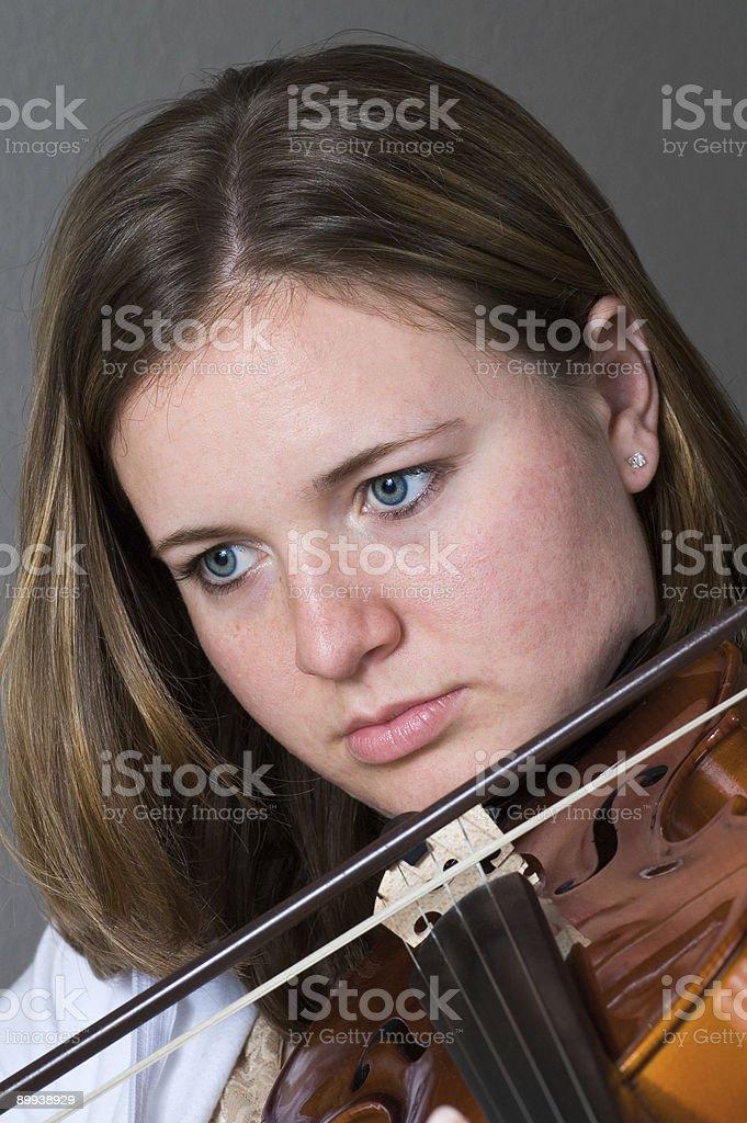 Teen suona il violino foto stock royalty-free