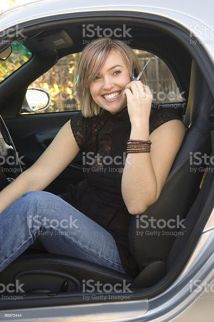 Adolescente usando teléfono celular foto de stock libre de derechos