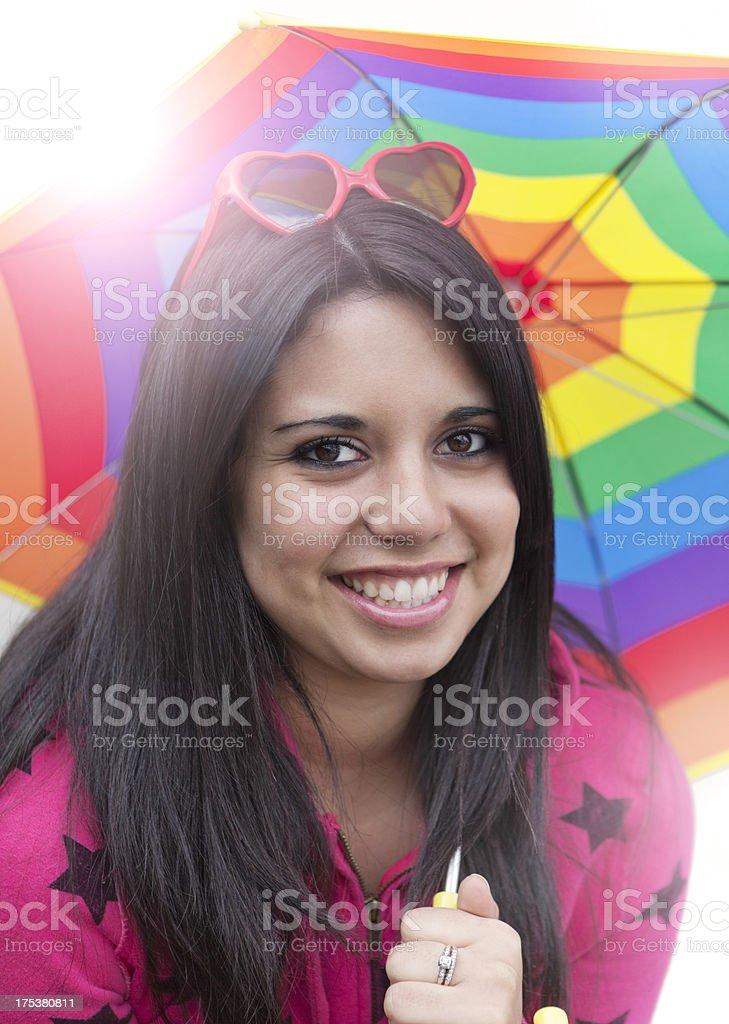 Teen mit Regenbogen Farbige Regenschirm – Foto