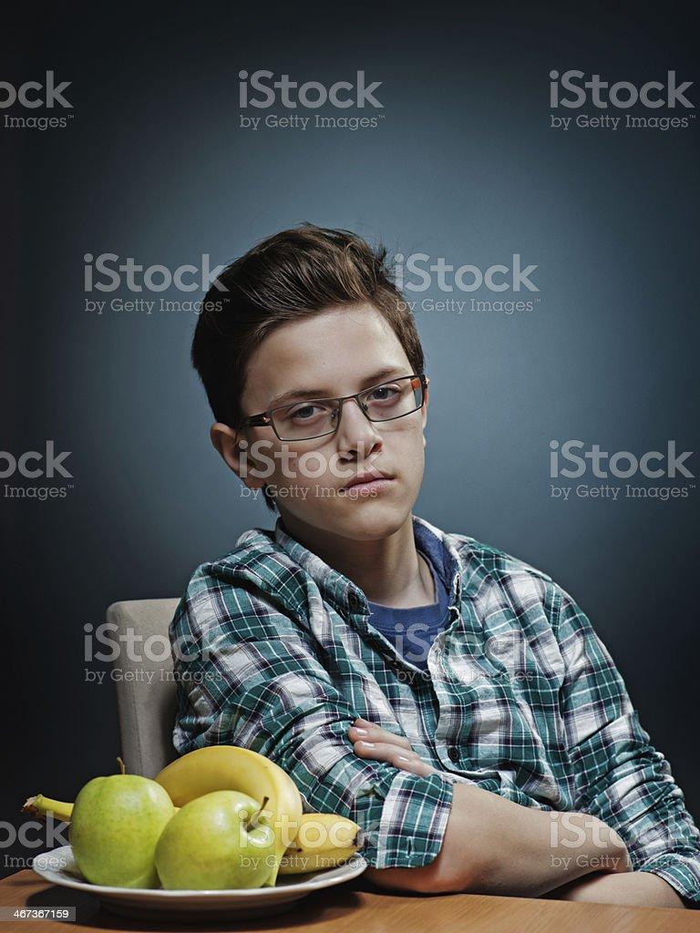 Adolescente hating frutta per due foto stock royalty-free